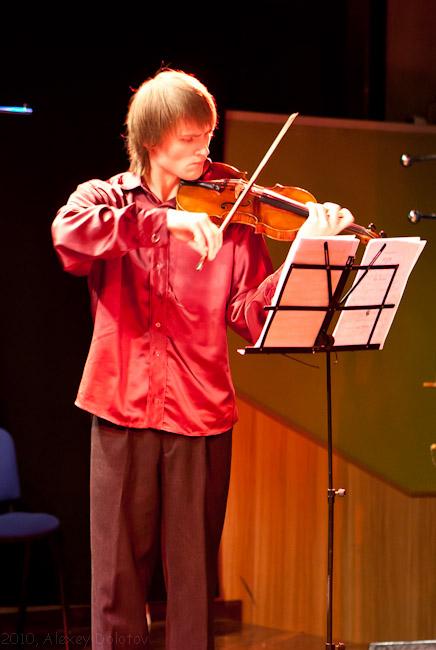 Роберт играет на скрипке в Изернии, Италия
